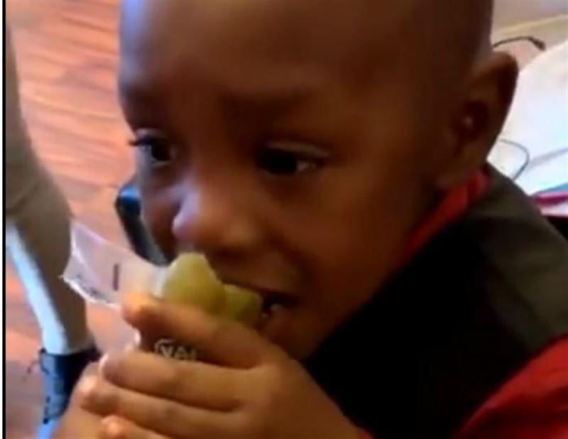 Мальчик попробовал острый огурец и рассмешил соцсети