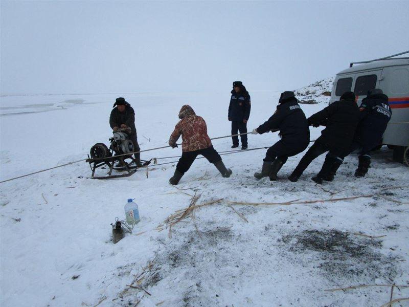 В ВКО под лед провалился автомобиль с тремя рыбаками