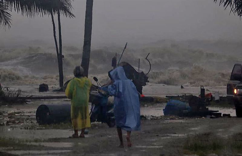 Тысячи туристов покинули Таиланд из-за тропического шторма