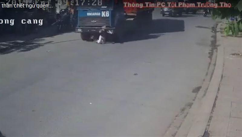 Грузовик наехал на велосипедистку во Вьетнаме