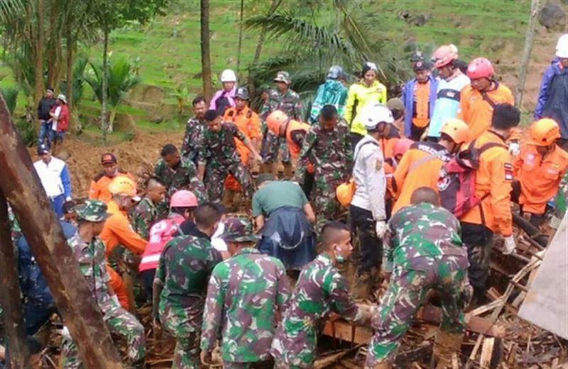Жертвами оползня в Индонезии стали более 30 человек