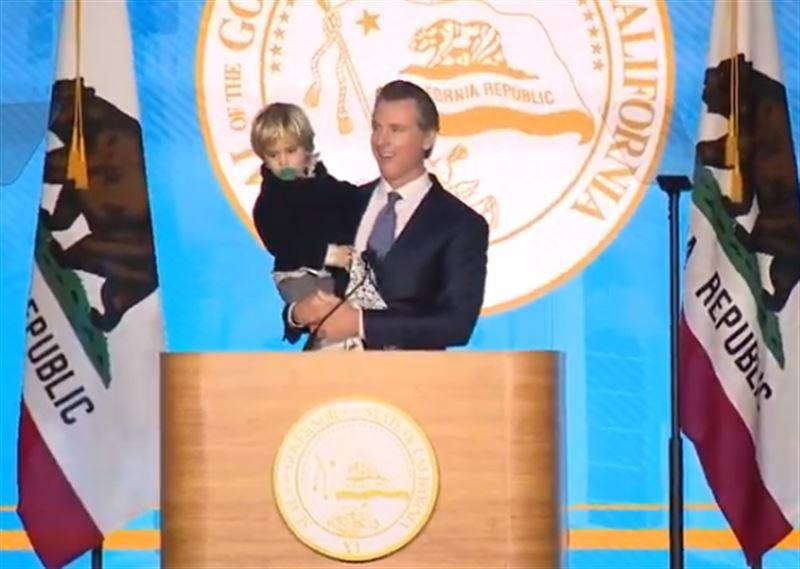 Во время речи главы Калифорнии на инаугурации на сцену выбежал его сын
