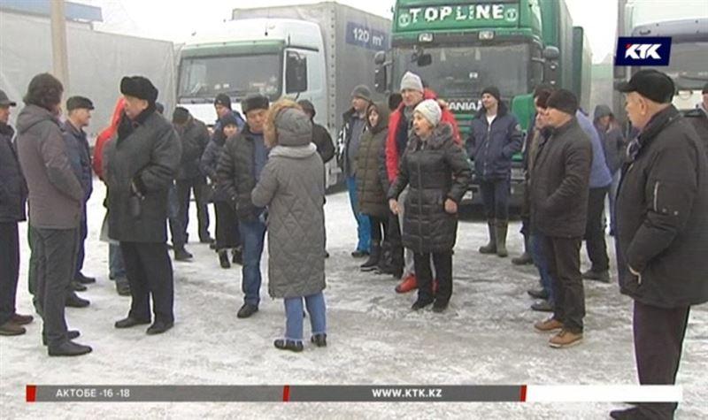 Алматинские дальнобойщики не могут забрать свои фуры и уже пишут в ООН