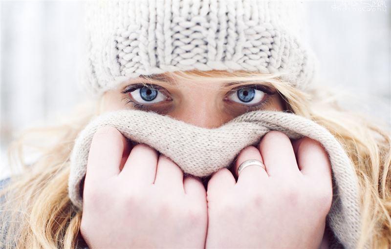 Косметологи рассказали, почему необходимо стирать шарф
