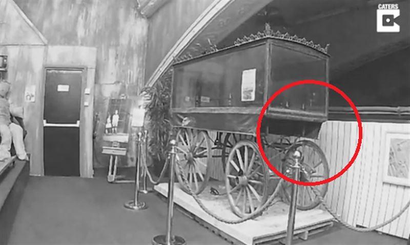 В английском музее ночью камера сняла привидение
