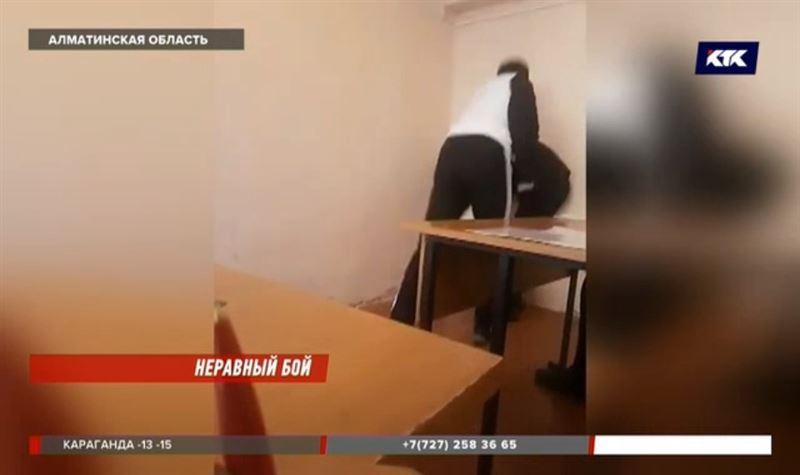 Преподавателя, который отрабатывал удары на студентах, отстранили