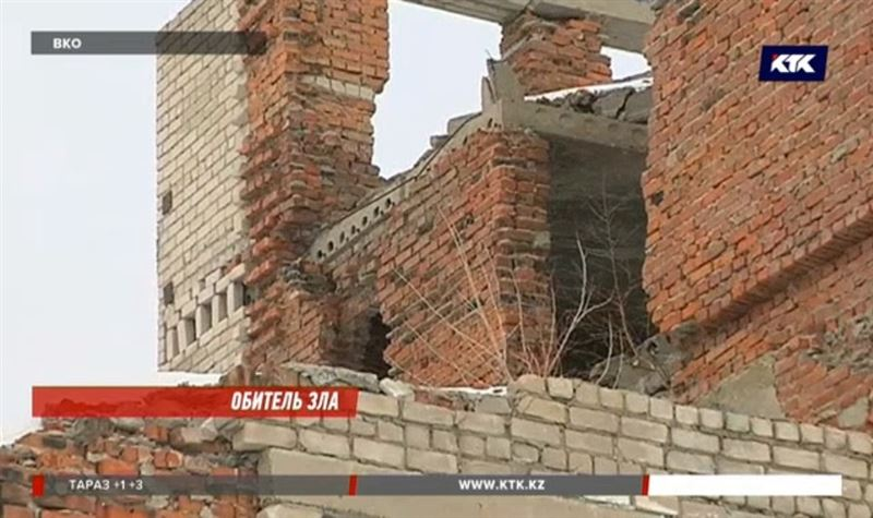 Многоэтажка в центре Риддера превращается в руины