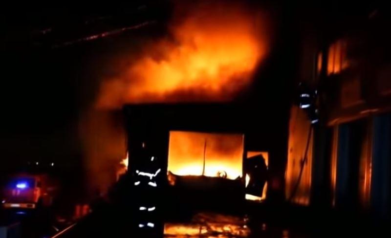 Пламя уничтожило автосалон неподалеку от Алматы