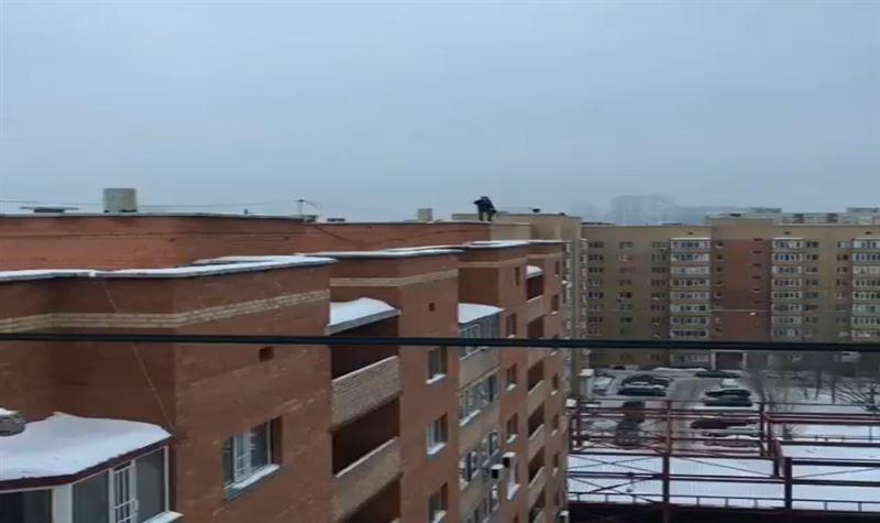 Астанада ер адам өзін үй шатырынан тастап жібермек болды