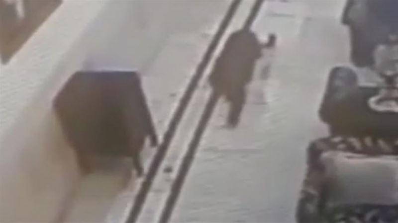В Индии дикий леопард зашел в холл отеля