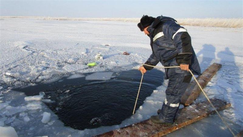 В ВКО машина с детьми провалилась под лед