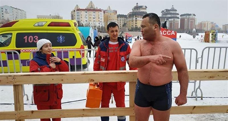 Астана тұрғыны мұздай судың ішінде ұзақ уақыт тұрудан рекорд орнатты