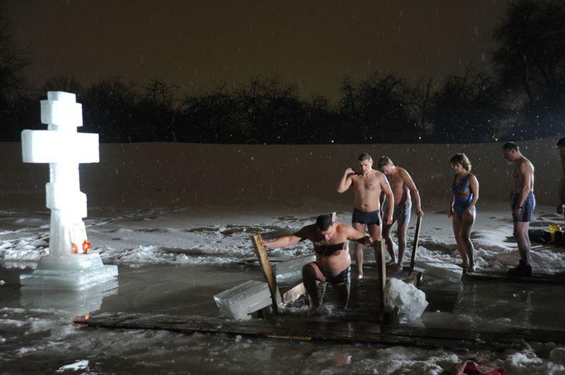 В России у купающихся в купели родителей угнали машину с семилетним сыном внутри