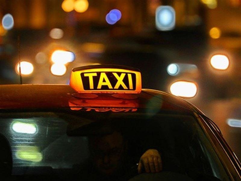 В Актау таксист вернул 300 тысяч тенге забывчивой пассажирке
