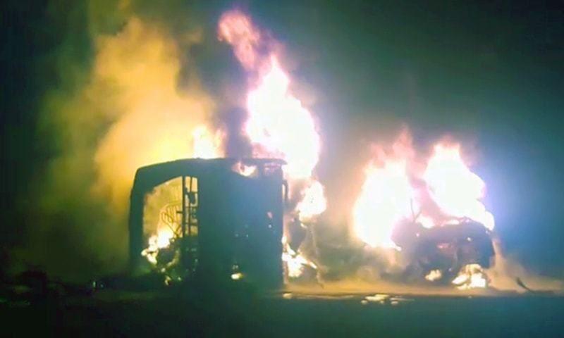 Сгоревшие заживо: 26 человек погибли при столкновении автобуса и грузовика в Пакистане