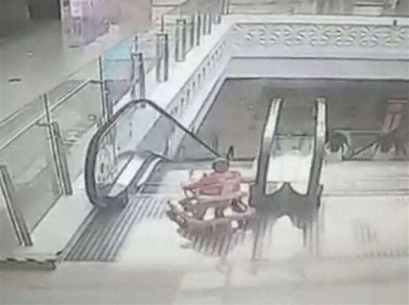 Парень успел поймать ребёнка упавшего с эскалатора