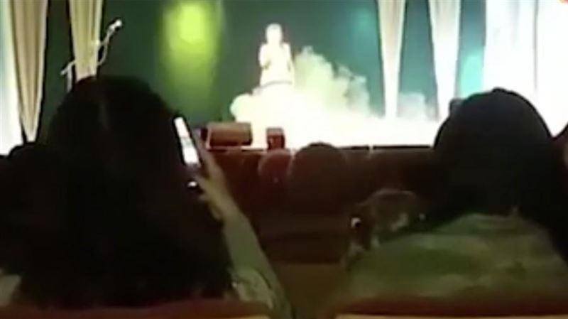 Педагог по вокалу умерла на сцене во время выступления