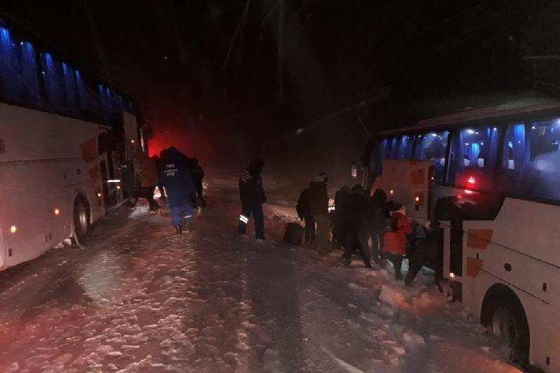 БҚО-да жолаушылар автобусы жыраға түсіп кетті