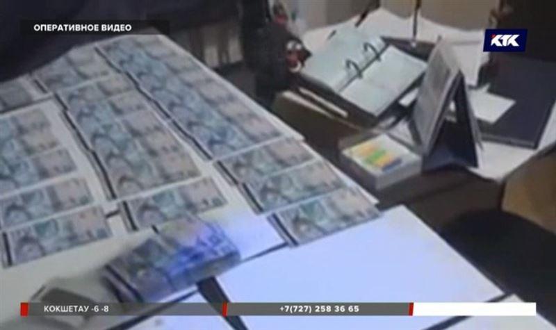 Аким из Акмолинской области прятал миллионы в рабочем столе