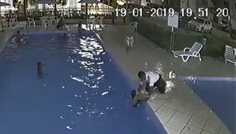 За секунду до трагедии: Швейцар спас тонущего ребенка