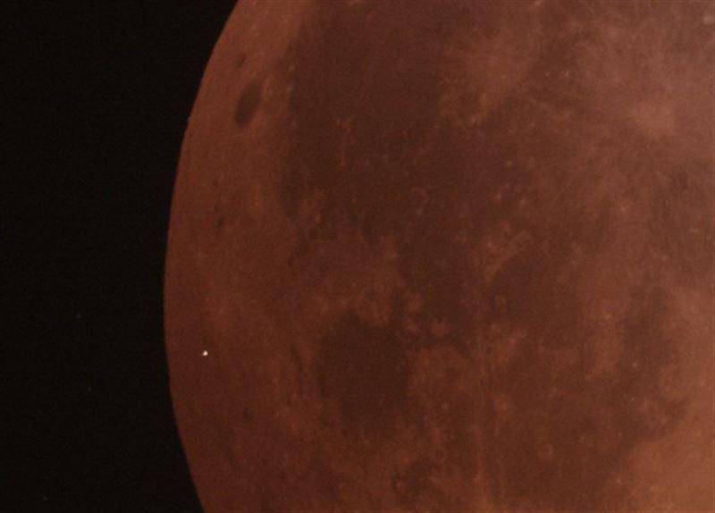 Астрономы засняли падение метеорита на «кровавую» Луну во время затмения