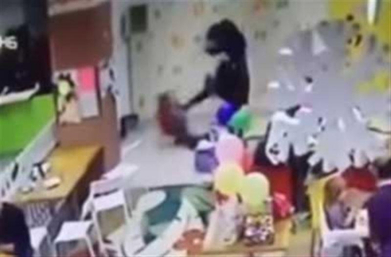 Женщина жестоко избила маленького ребенка в торговом центре
