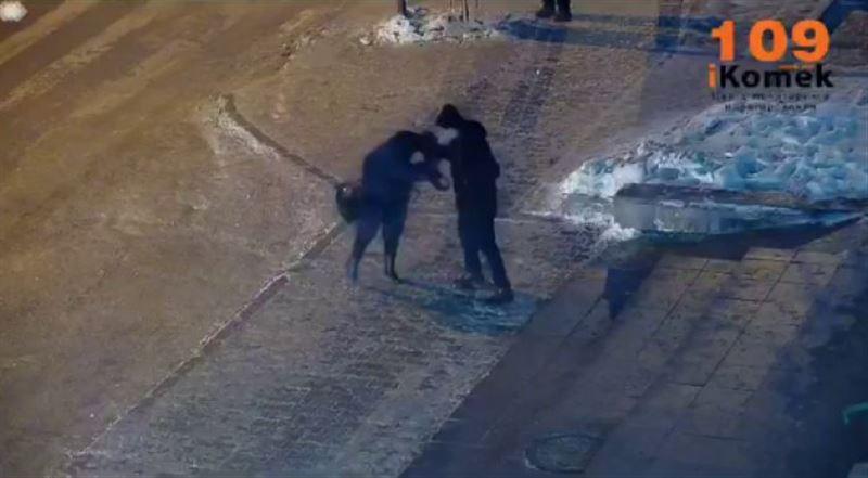 Астаналық ер адам әйелді көшеде сабап тастаған