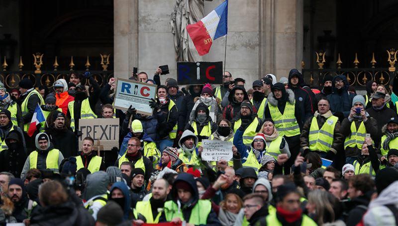 Протесты во Франции: пошли в ход водометы и дымовые шашки, задержаны 52 человека
