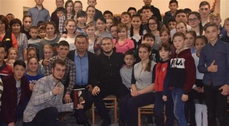 Хабиб Нурмагомедов тайно посетил детский дом в Караганде