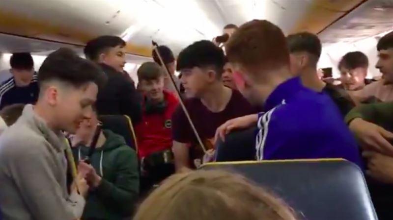 Видео: студенты из Ирландии устроили пляски на борту самолета