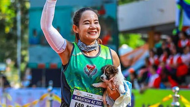 Девушка пробежала марафон со щенком в руках