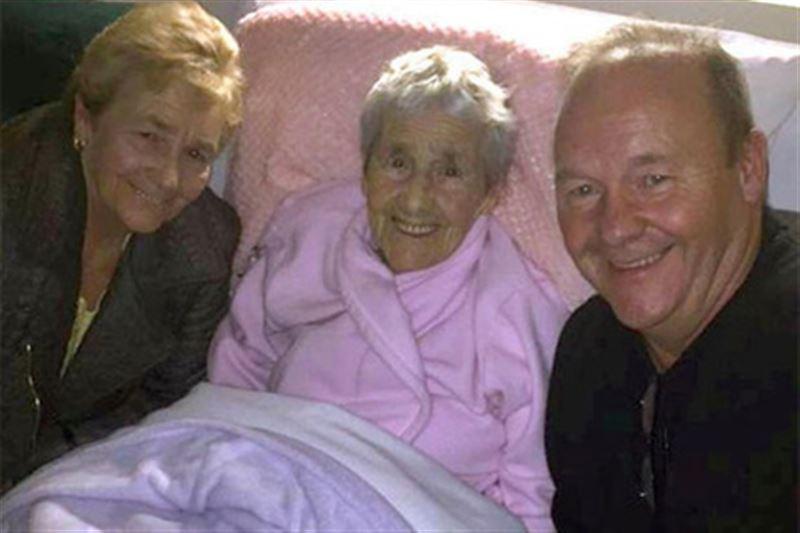 Жительница Ирландии впервые встретилась с матерью в 73 года