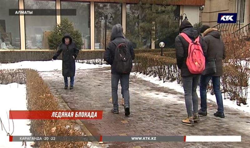 Тротуарная плитка, которой застелили пол-Алматы, превратилась в каток