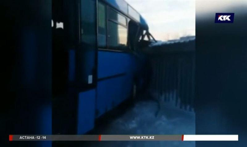 Карагандинский автобус пробил стену здания