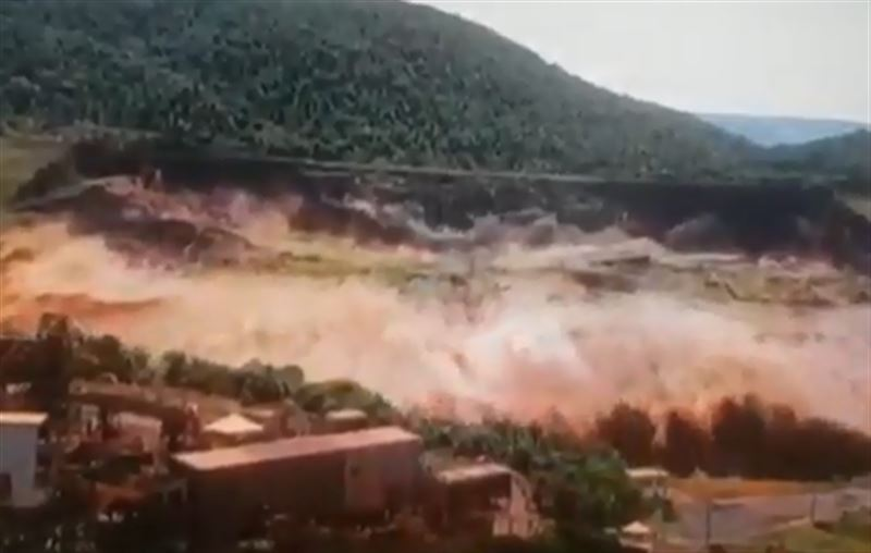 Видео смертоносного прорыва дамбы в Бразилии сняли на видео
