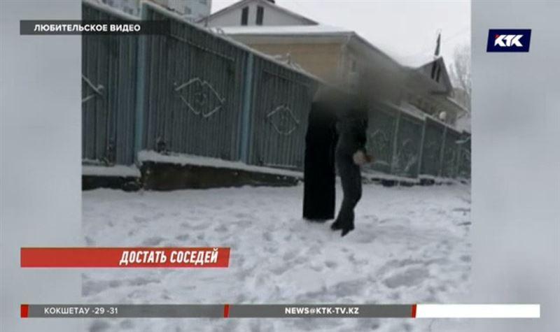 Алматинцы в шоке: соседи бегают по двору голыми, даже в мороз