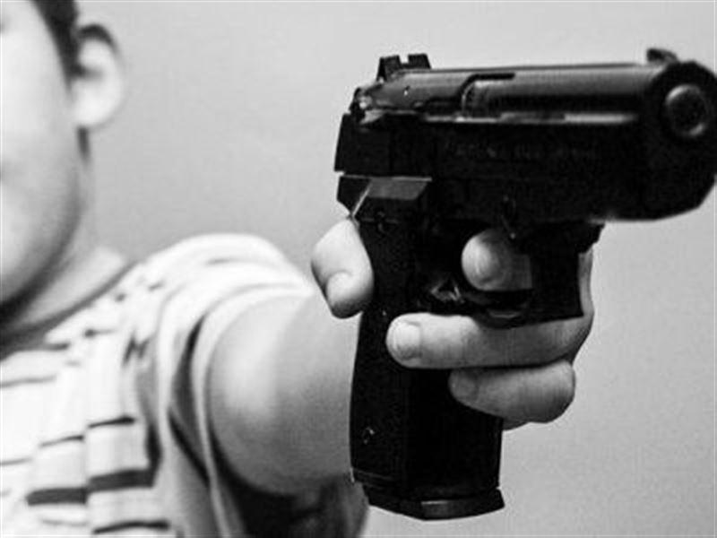 Четырехлетний мальчик случайно выстрелил в лицо беременной матери