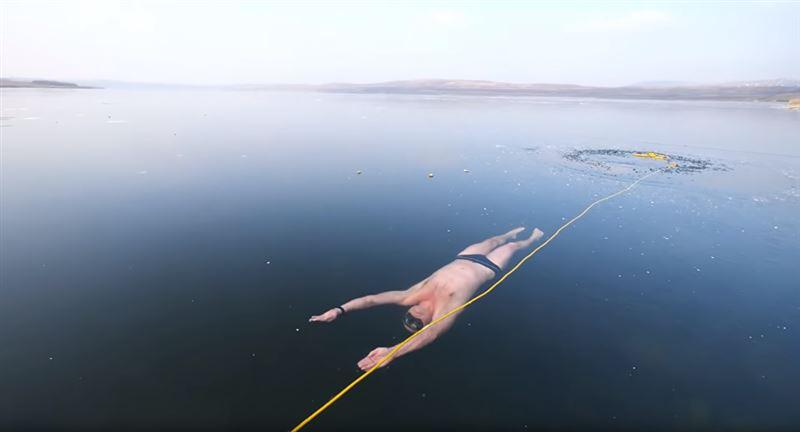 Видео, на котором дайвер из Чехии плывет подо льдом озера, поразило Сеть
