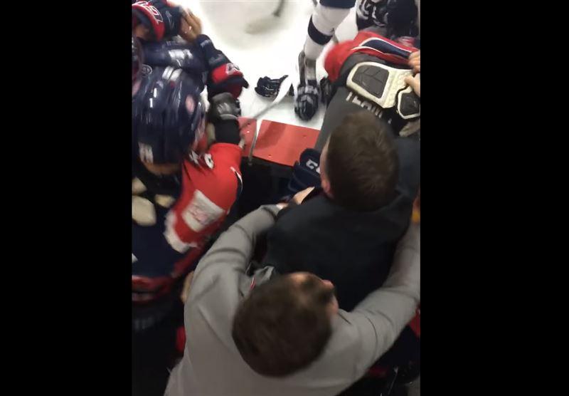Массовой дракой окончился хоккейный матч в Канаде