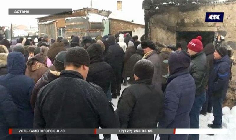 Сотни человек пришли проститься с погибшими в пожаре девочками