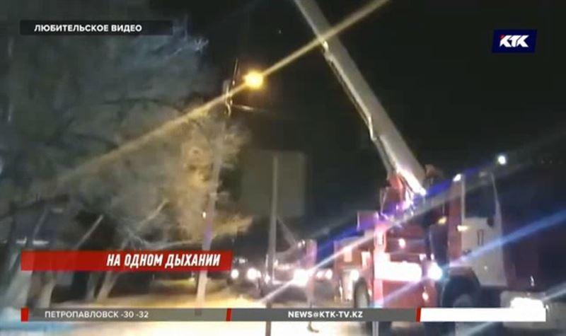Из горящего дома карагандинцы спускались по автолестнице