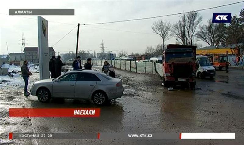 На трассе в Алматы столкнулись три грузовика и легковушка
