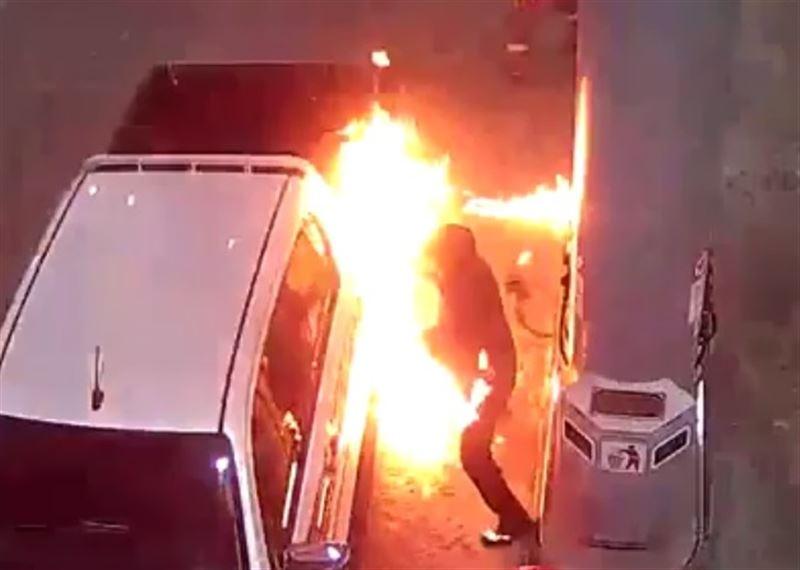 Машина вспыхнула на заправке в Уральске