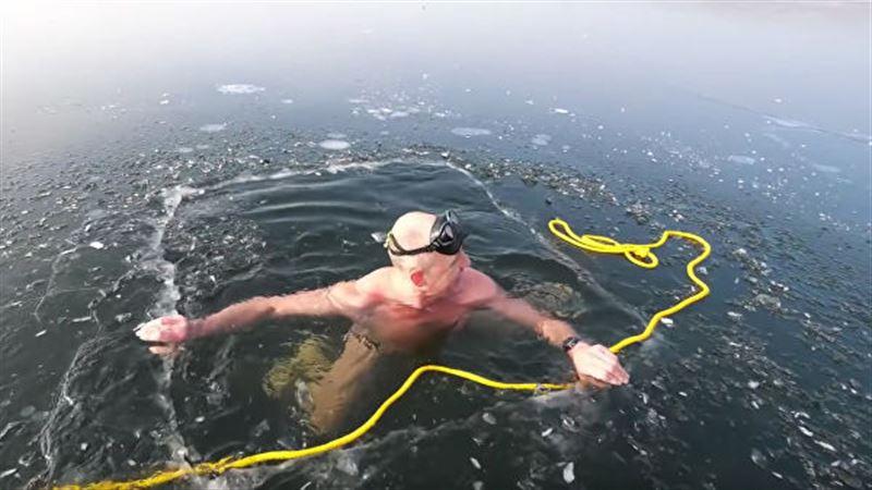 Фридайвер проплыл подо льдом в одних плавках