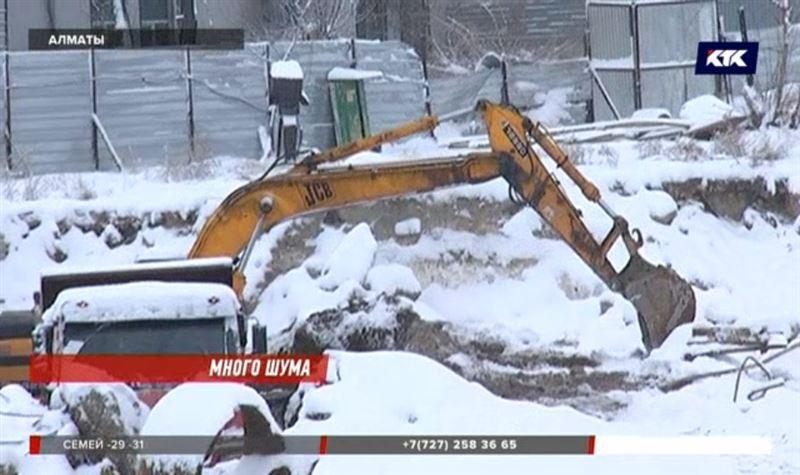 «Как будто землетрясение в 6 баллов»: алматинцев трясёт от стройки во дворе