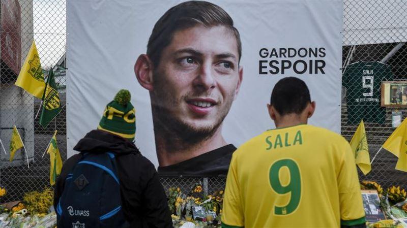 Спасатели извлекли тело из обломков самолета футболиста Салы