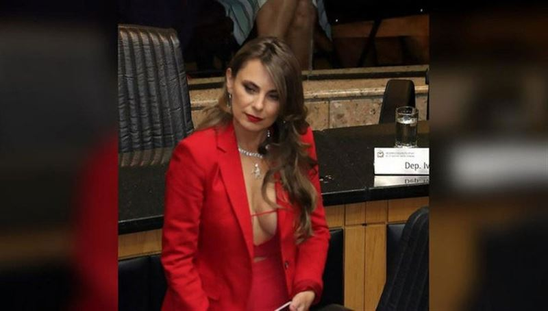 Пользователей Сети шокировало декольте бразильского депутата