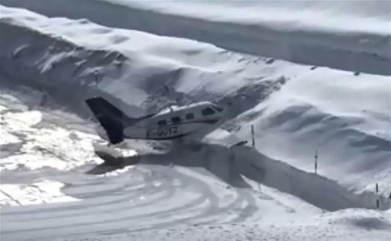 Самолет врезался в сугроб во время посадки
