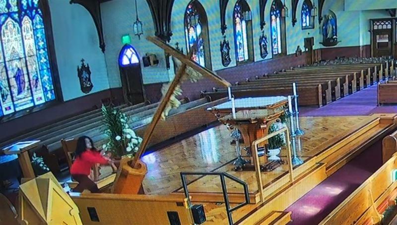 Неадекватная женщина совершила акт вандализма в церковном алтаре