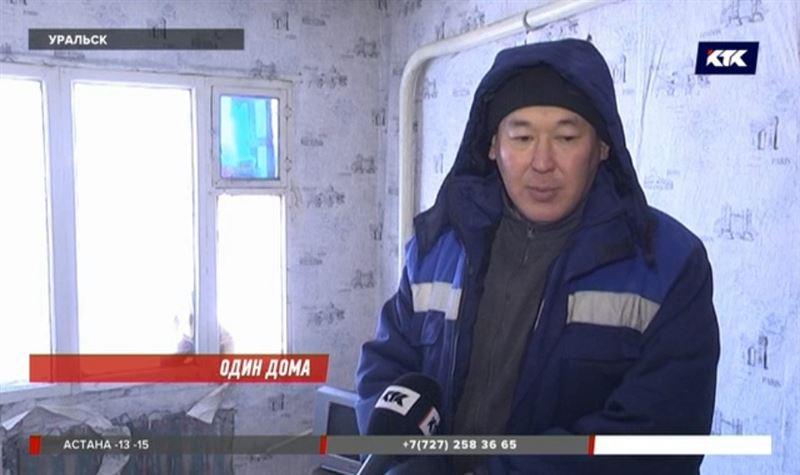 Один человек остался в доме с обрушившейся крышей в Уральске